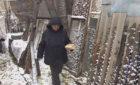 Проживающая 35 лет в бочке россиянка согласилась переехать